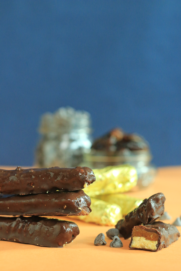 Healthy DIY Twix chocolate bars with layers of coconut flour shortbread, date caramel and silky smooth chocolate to wrap it all up in a bit sized treat. |HEALTHNUT NUTRITION|