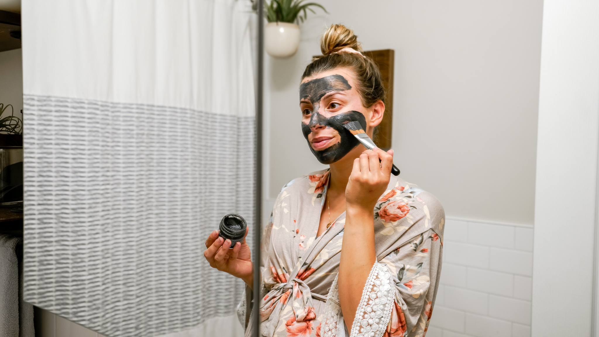 Tips for creating a calm and relaxing pregnancy night time routine, to get a good sleep! My healthy and mindful night time routine during my third trimester, including what I eat, skincare, stretches, calming essential oils, acupressure, and pregnancy pillow setup.