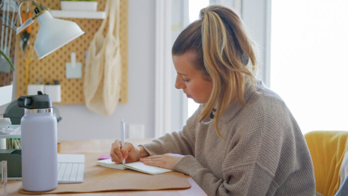 7 Must Know Healthy Habits that help me feel calm, grounded, and ready to take on another day of motherhood! These 7 Must Know Healthy Habits have changed my life and allowed me to be more productive, while also honouring my body and self-care needs.